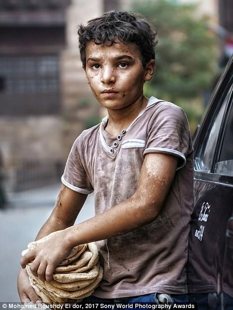 Каир, Египет. Когда фотограф попросил мальчика улыбнуться для портрета, тот ответил, что не умеет в мире, дети, жизнь