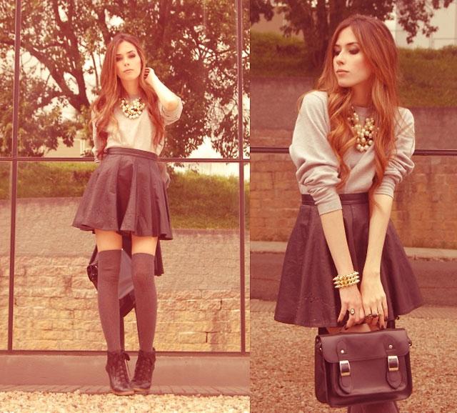 Девушка в короткой юбке и гольфах