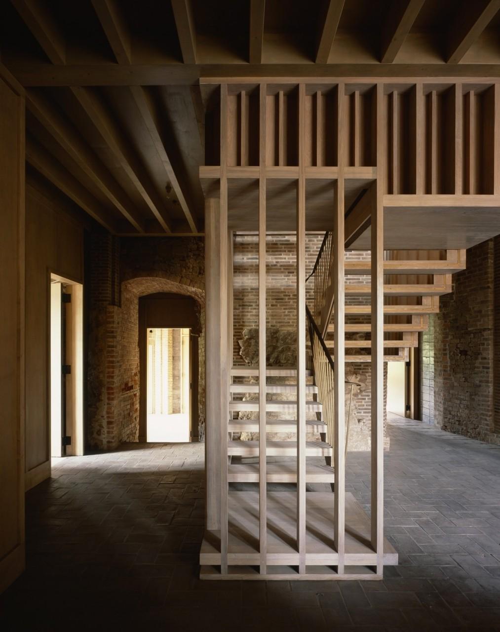 Современный интерьер в старинном замке Фото