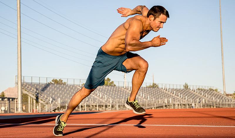 Вред силовых тренировок Многие бегуны считают, что заниматься в зале с весами не только излишне, но даже вредно. Мол, забиваются мышцы ног и бегать становится очень не удобно, теряется гибкость и пластика. Что сказать — на самом деле, это просто глупость. Силовой тренинг помогает построить не только развитые мышцы ног, но и мышцы кора, которые помогают поддерживать баланс при беге.