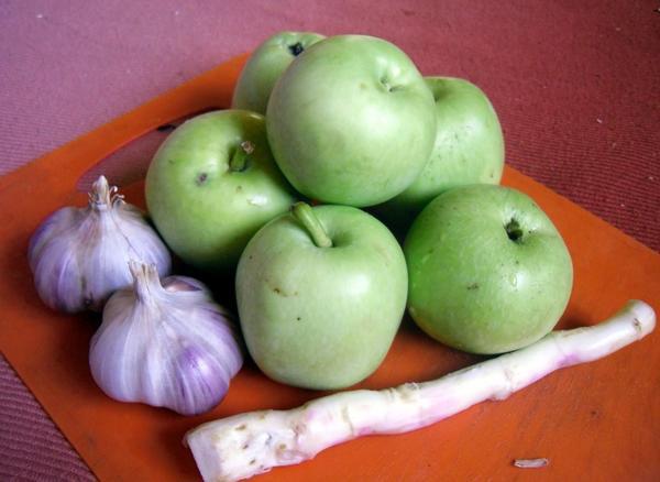 Острая закуска из яблок с хреном - быстро, просто и вкусно!