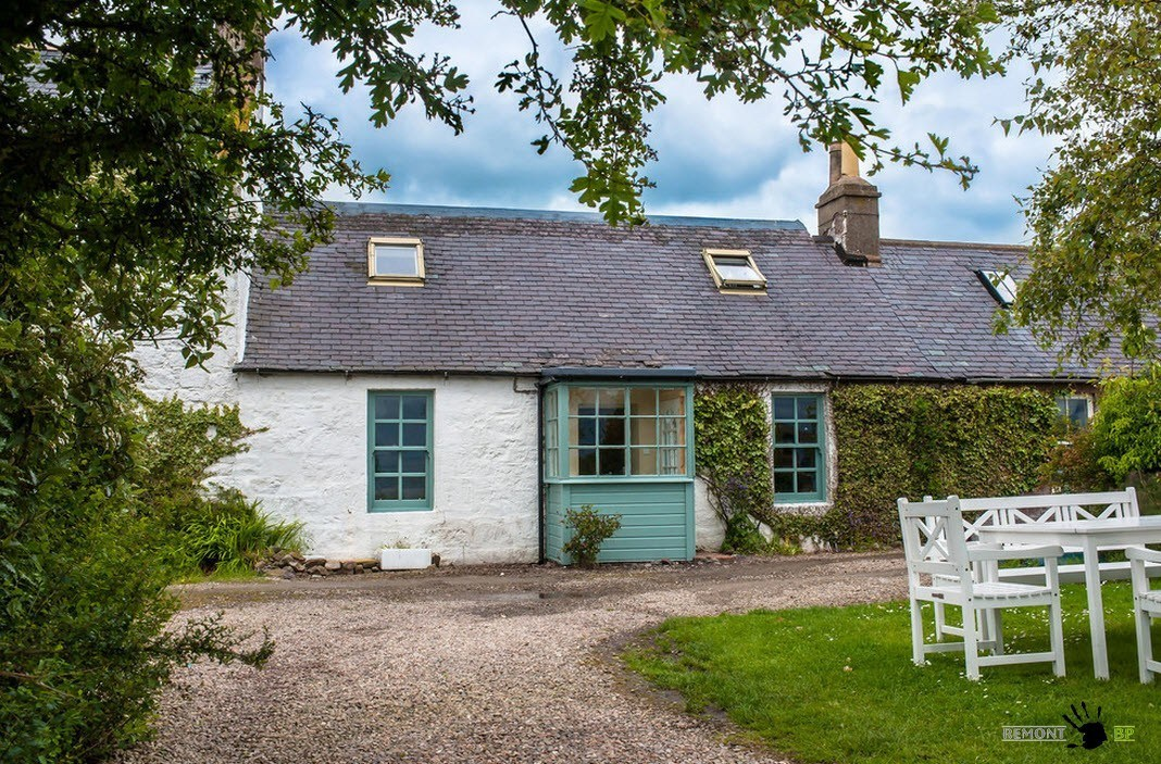 Уютный интерьер шотландского домика на берегу Фото