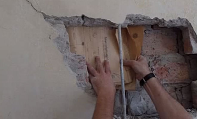Стена квартиры дала трещину и показала спрятанные архивы Рейха будапешт,вторая мировая война,документы,история,Пространство,третий рейх,хранилище