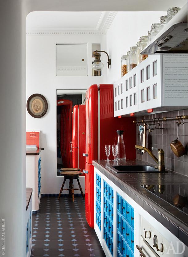 Каждый кухонный шкафчик имеет по шестнадцать ручек, пятнадцать из них — фальшивые.