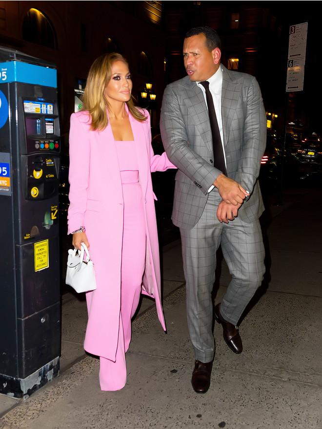 Блондинка в розовом — актуальный тренд: Дженнифер Лопес в роскошном костюме Alex Perry в Нью-Йорке (фото 1)