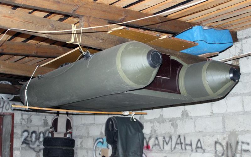 ПВХ лодка в гараже