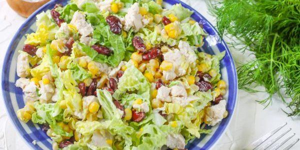Салат с фасолью, курицей, кукурузой и пекинской капустой