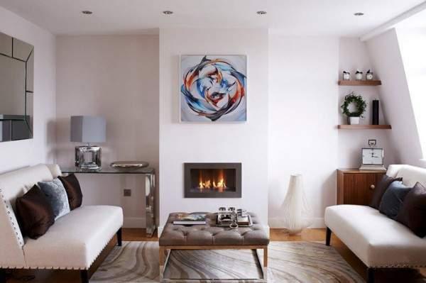 Современный интерьер маленькой гостиной в частном доме в белом цвете