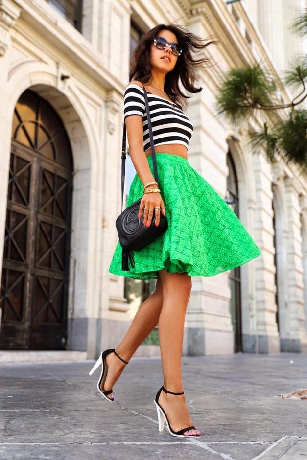 Девушка в зеленой юбке и кроп-топе