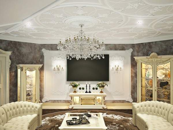Интерьер классической гостиной в частном доме с люстрой