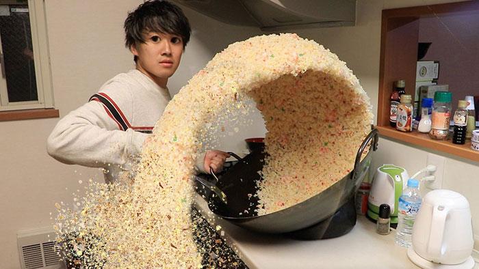 Фото парня с гигантской волной жаренного риса не прошло мимо интернета. Битва фотошоперов!