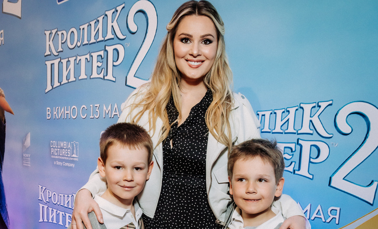 """Мария Кожевникова с детьми, Марина Кравец и другие на премьере фильма """"Кролик Питер 2"""""""
