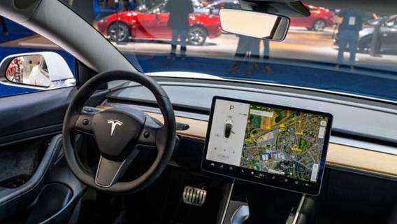 Tesla будет контролировать внимательность водителей с помощью камер