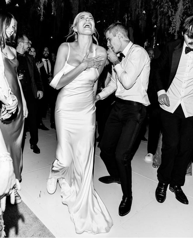Сексуальный шелк и кроссовки: второе и третье свадебное платье Хейли Бибер (фото 4)