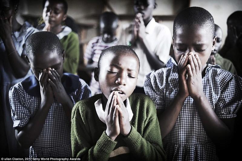Дети молятся перед занятиями в деревенской школе, Уганда в мире, дети, жизнь