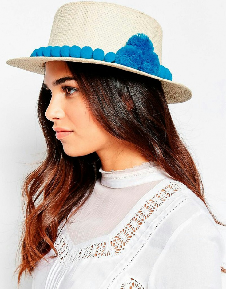 Шляпа с помпонами