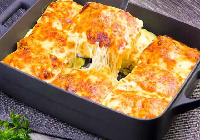Простое и оригинальное блюдо для сытного ужина: блинная запеканка с курицей