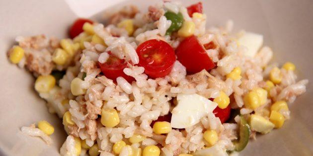 Салат с рисом, тунцом, помидорами, кукурузой, оливками и яйцами