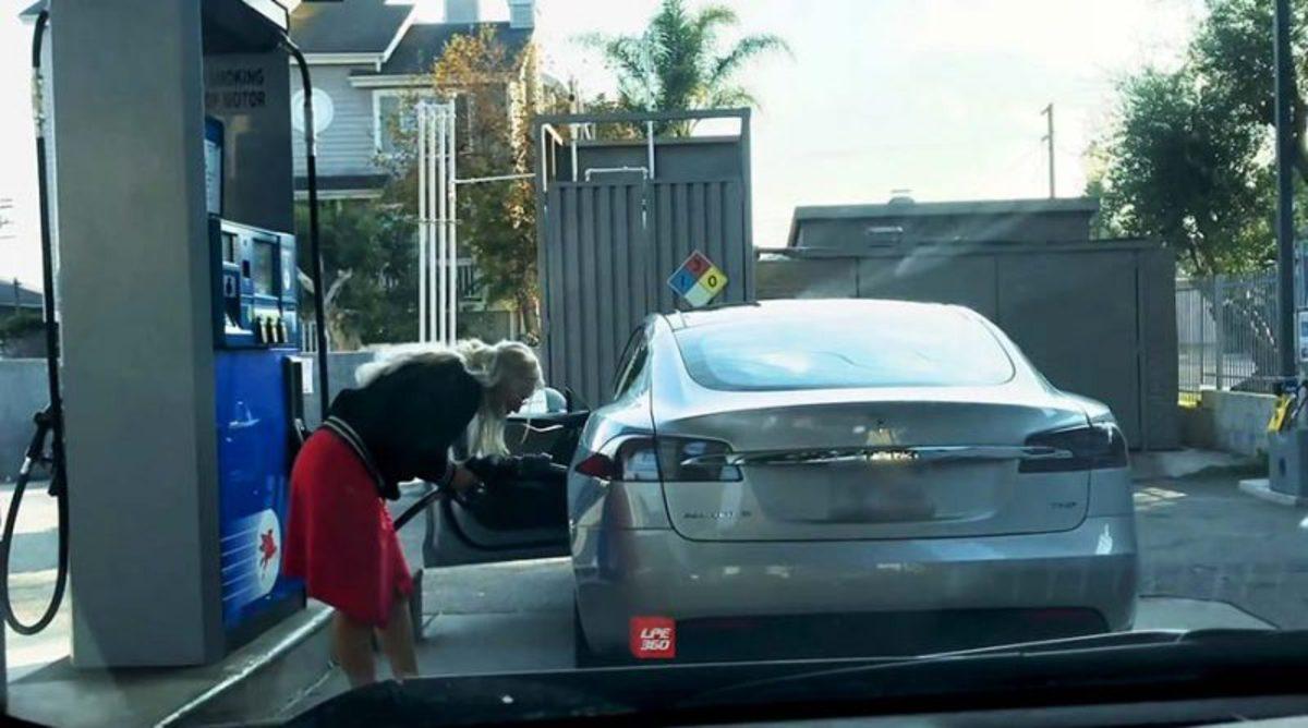 Блондинка попыталась заправить электромобиль бензином и рассмешила Сеть