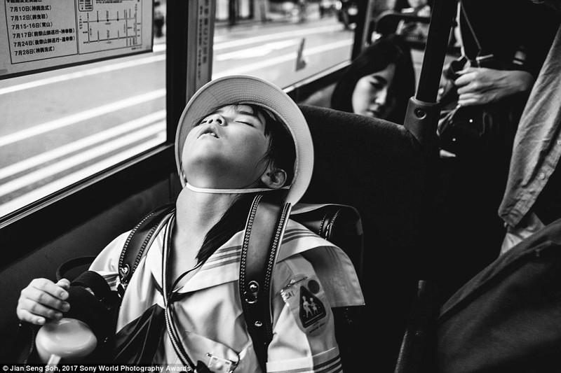 Ученица начальной школы спит в автобусе, Киото, Япония в мире, дети, жизнь