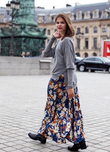 Девушка в широкой, длинной юбке и ассиметричном сером свитере