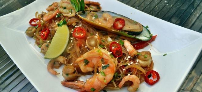 морепродукты с фунчозой в соевом соусе