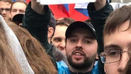 «Преступник из «Беркута», бежавший в Россию, в московском ОМОНе творит беспредел. Гнать из России!!!»…