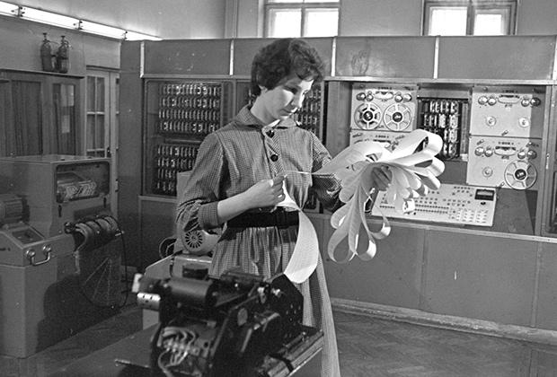 Ленинградский вычислительный центр. Научный сотрудник Ирина Павловна Лукашевич просматривает результаты подсчетов ЭВМ, 1963 год