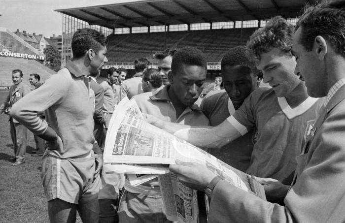 Чтение газеты перед матчем со Швецией.