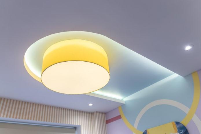 парящий потолок с включенной подсветкой
