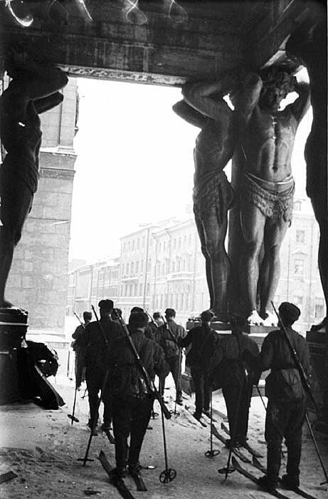 18. Советские горнолыжные войска у входа в Эрмитаж во время блокады Ленинграда в 1943 году интересно, исторические фото, история, ностальгия, фото