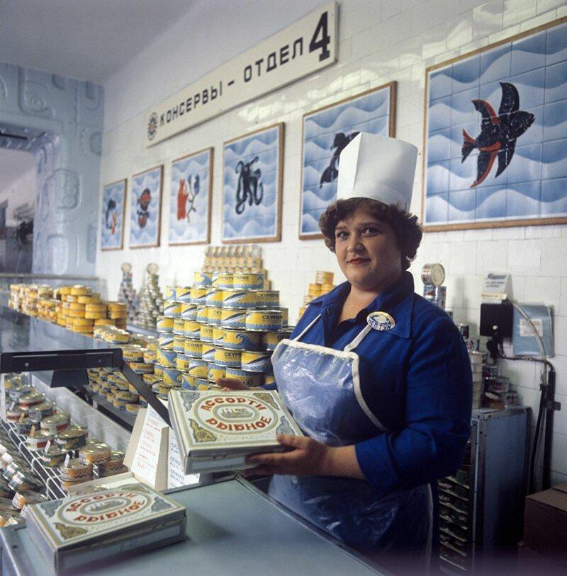 Но вспоминаются здесь и образцово-показательные магазины с чинными тетями-продавцами (иногда даже вежливыми) дефицит в СССР, еда, магазины, очереди, рынки, советская торговля