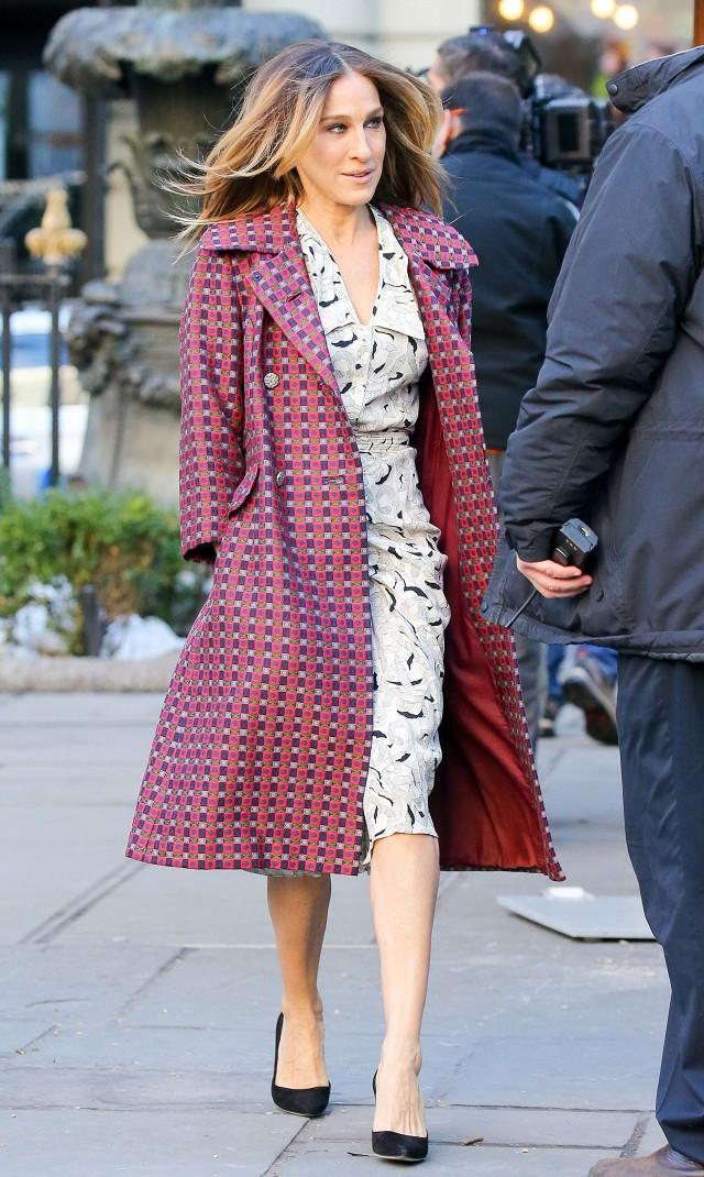 Сара Джессика Паркер в клетчатом пальто и платье