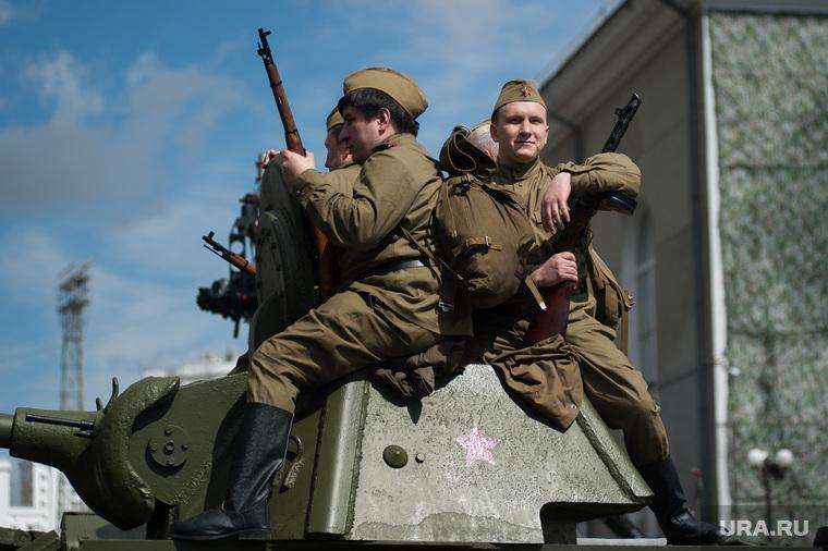 На Урале по центру города провезли «фашиста» в клетке с собаками. 9Мая,общество,россияне