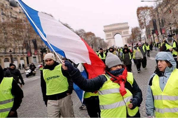 В Париже «желтые жилеты» под…