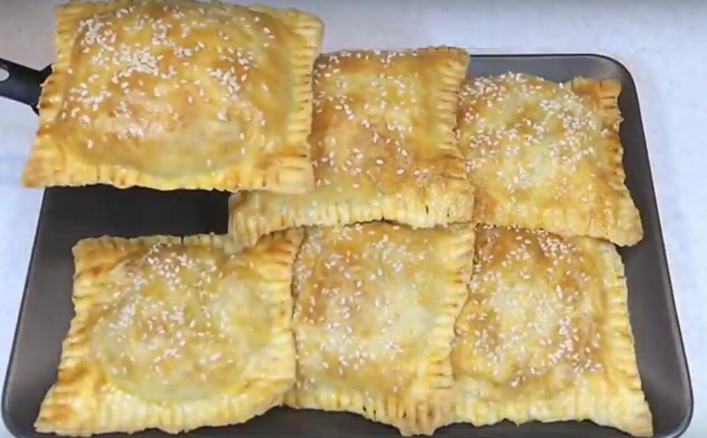 Слоеные пирожки с салатом