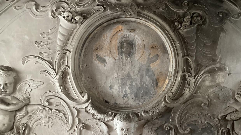 Реставраторы обнаружили лик Богородицы при проведении работ в Смольном монастыре Общество