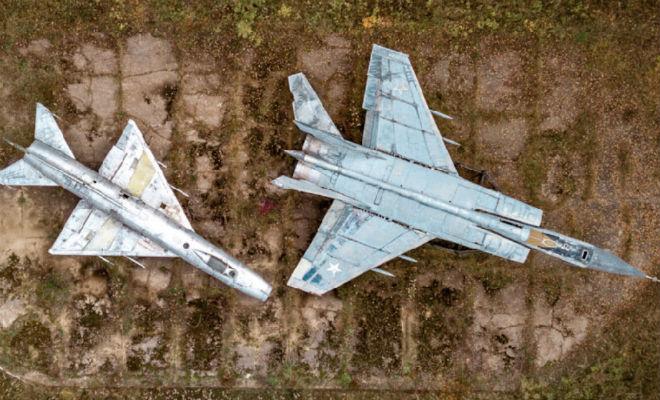 Лесник вышел на заброшенную базу СССР в глухом лесу. Самолеты среди деревьев стоят уже 30 лет