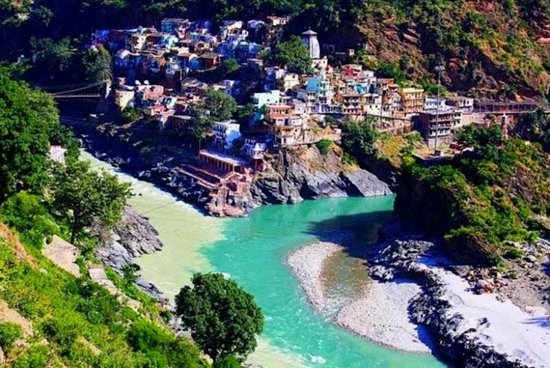 Встреча рек Алакнанда и Бхагиратхи в индийском городе Девапрайяге. контраст, природа, реки, слияние