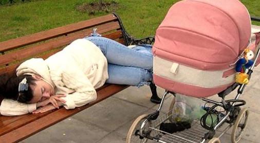 Девушка лежала на лавочке, а в коляске плакал малыш...