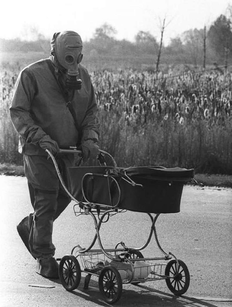 Ликвидатор толкает найденную в заброшенном доме коляску с ребенком Чернобыль, чернобыльская катастрофа