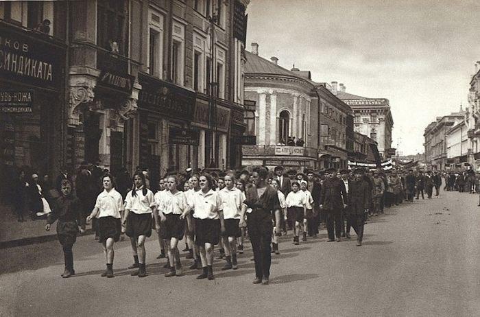 Тверская, угол с Леонтьевским переулком..