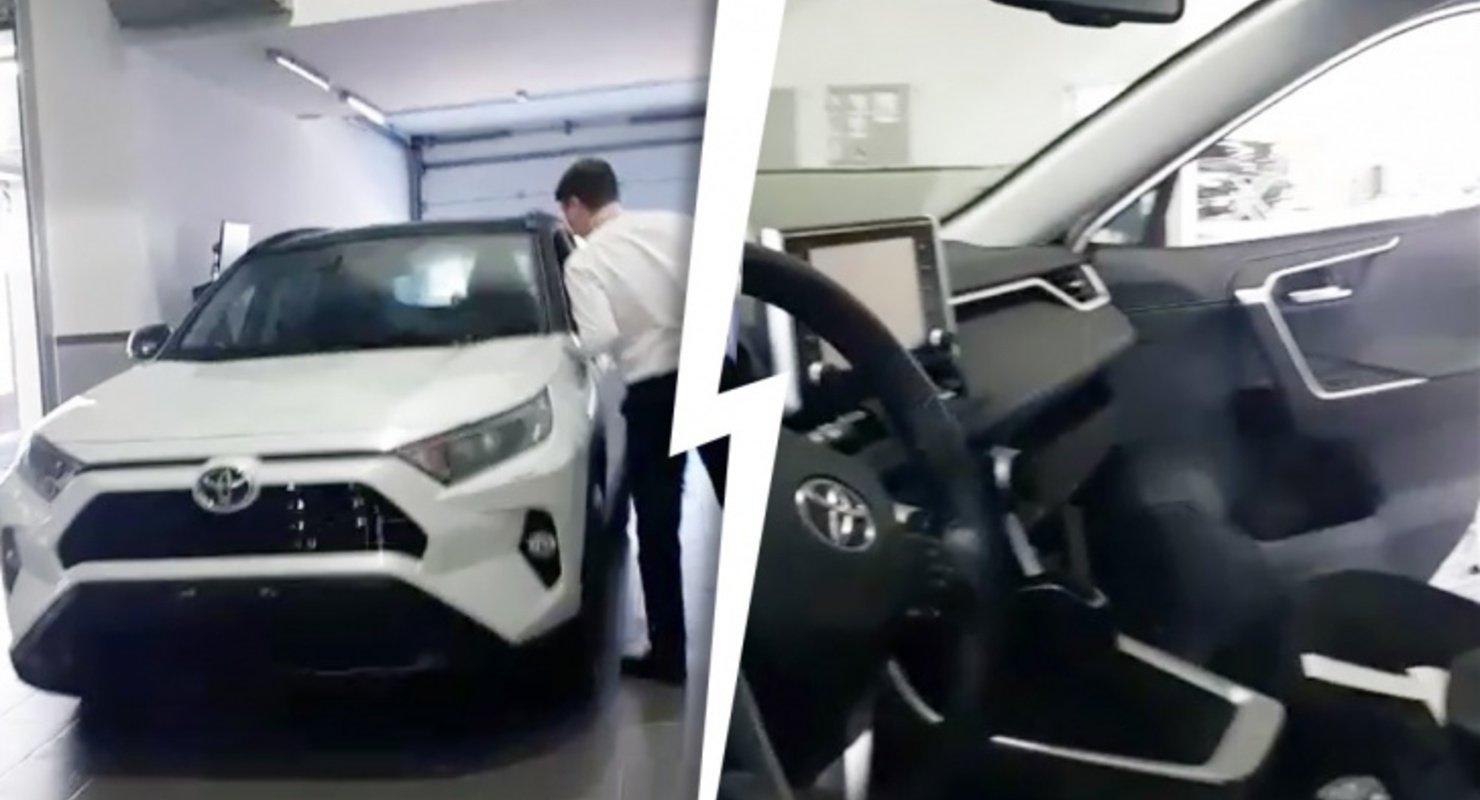 С жительницы Новосибирска потребовали лишние 200 тысяч при покупке Toyota RAV4 Автомобили