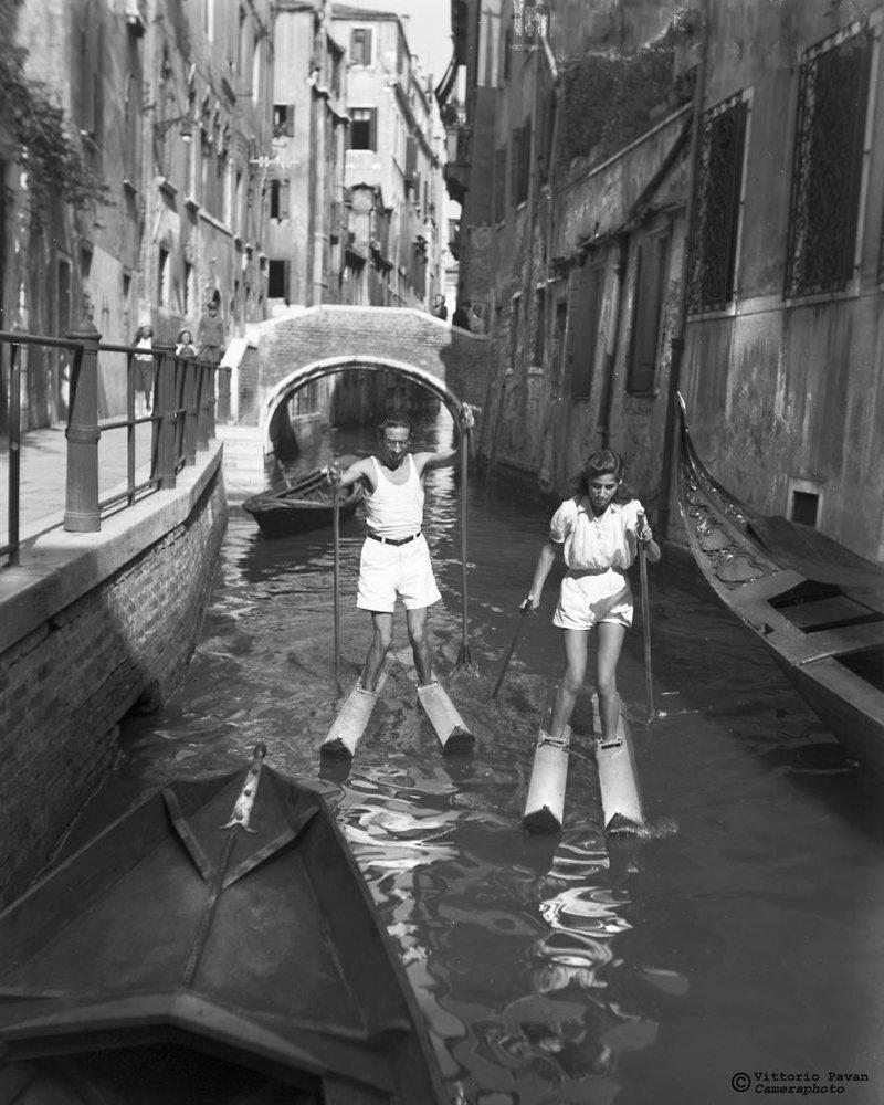 Катание на водных лыжах по каналам Венеции архив, венеция, негативы, фотографии