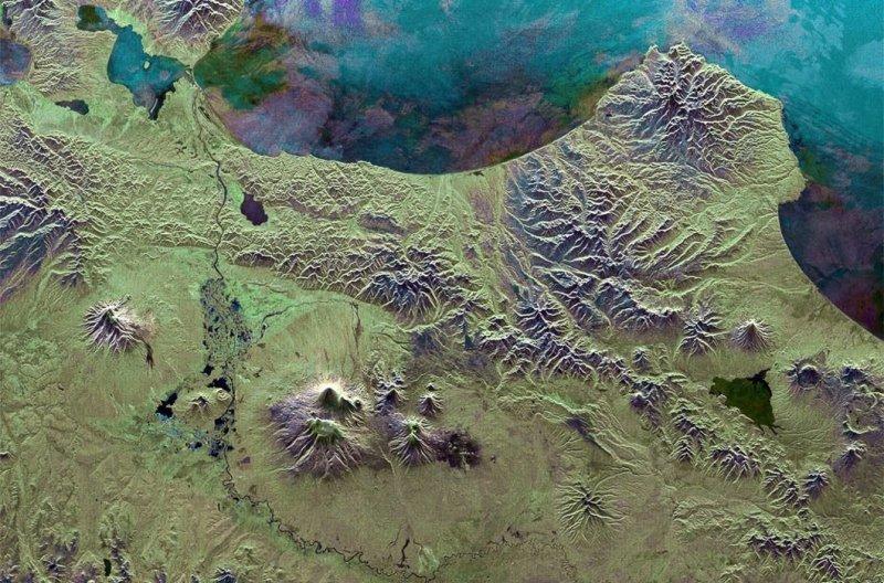 5. Восточное побережье Камчатки. В центре — Ключевская сопка, самый высокий активный вулкан в Евразии. земля, космос, пейзаж, планета, природа, россия, фотосъемка