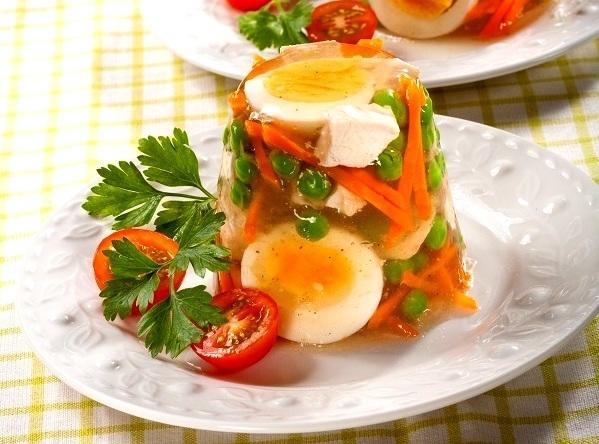 Заливное из курицы и овощей: станет изюминкой Новогоднего застолья!
