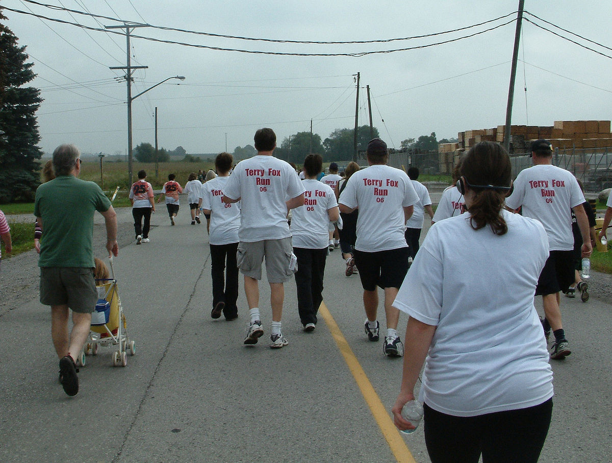https://upload.wikimedia.org/wikipedia/commons/thumb/0/09/Terry_Fox_Run_%28Bowmanville%2C_Canada%29.jpg/1200px-Terry_Fox_Run_%28Bowmanville%2C_Canada%29.jpg