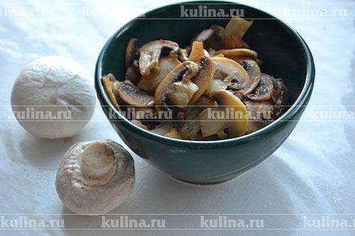 Быстренько обмыв под холодной водой шампиньоны, обсушиваем их полотенцем. Нарезав грибы тоненькими ломтиками, подрумяниваем их в небольшом количестве масла, а затем перекладываем из сковороды в тарелочку остывать.