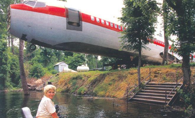 Женщина купила самолет и сделала дом