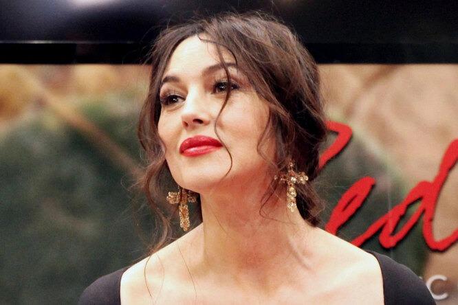 «Прекрасна как всегда»: Моника Беллуччи в соблазнительном в «платье-букете» очаровала фанатов